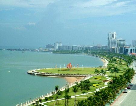 位于海滨路的这条海滨长廊成为人们观赏海海景的休闲长廊,是汕头人心