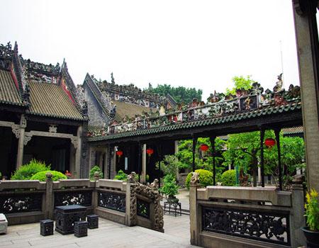 广东丹霞山位于仁化县城南9公里,离韶关市51公里.