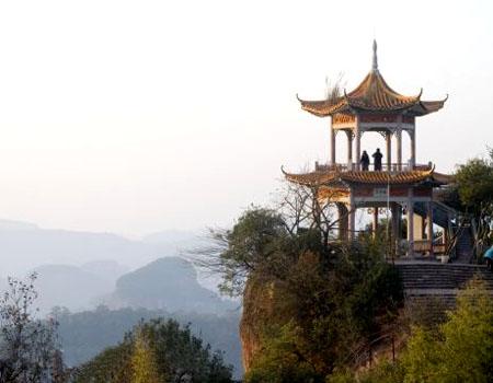 它是以北京圆明园焚烧前的建筑为母体