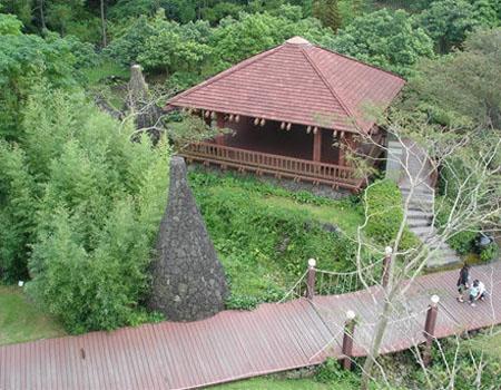 在入口处有小溪流淌,谷间有亭子,亭子旁有树木,把这些设计成传统的